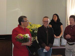 Bea González accepts her award